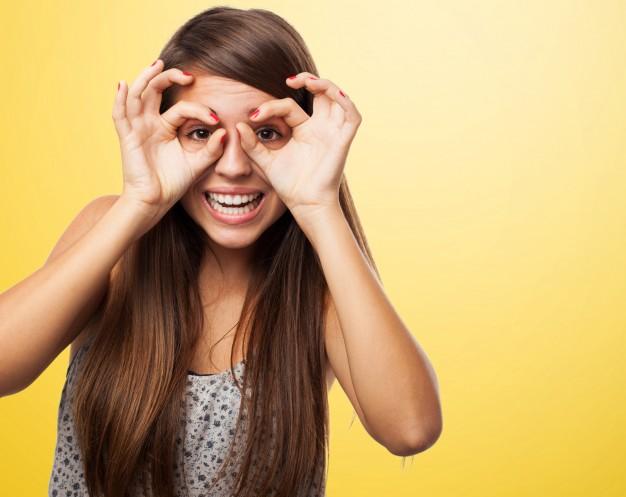 adolescente-alegre-jugando-con-sus-manos_1149-173