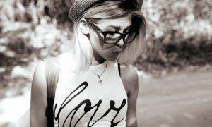 chica-rubia-en-blanco-y-negro_1153-145