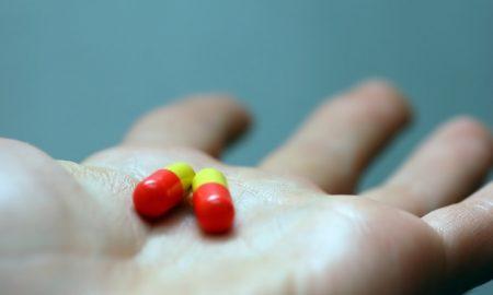 mano-con-pastillas_1160-489
