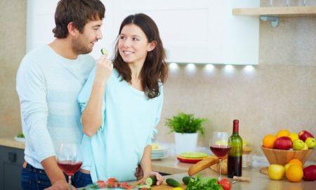 pareja-cocinando-juntos_1098-2722