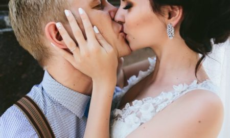 primer-plano-de-recien-casados-besandose-apasionadamente_1153-47