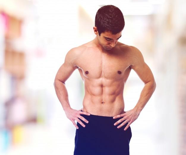 adolescente-sin-camiseta-mostrando-su-cuerpo_1149-499