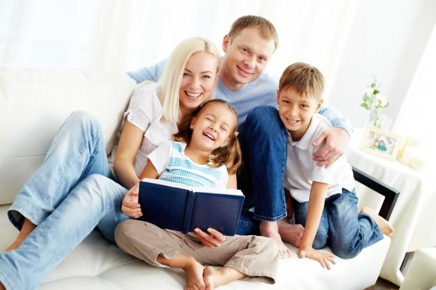 familia-feliz-leyendo-un-libro_1098-1493-1