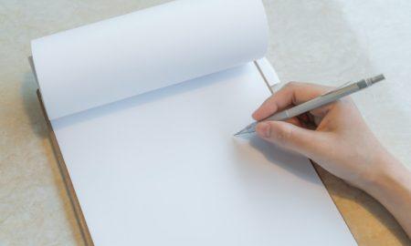 mano-escribiendo-en-una-libreta_1232-72