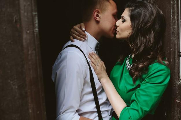 mujer-besando-a-hombre_1153-506