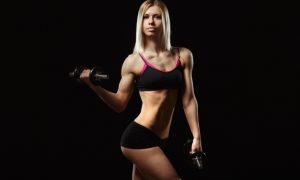 mujer-musculosa-levantando-una-pesa_1208-264