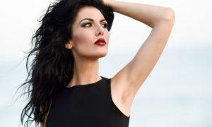mujer-posando-con-el-mar-de-fondo_1139-579