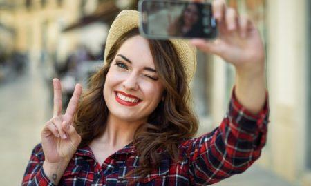 mujer-sacando-una-autofoto_1139-522-1