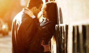 pareja-joven-en-un-momento-romantico-al-atardecer_1153-426