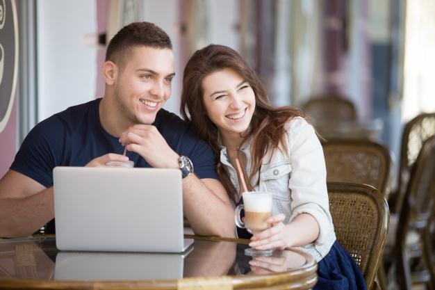 pareja-sonriente-bebiendo-un-cafe_1163-829