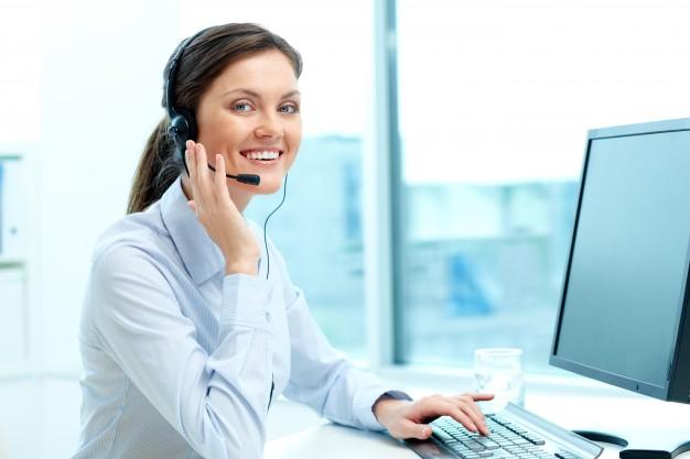 empresaria-en-un-centro-de-llamadas_1098-984