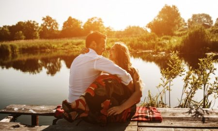 pareja-abrazada-mirando-un-lago_1153-1922