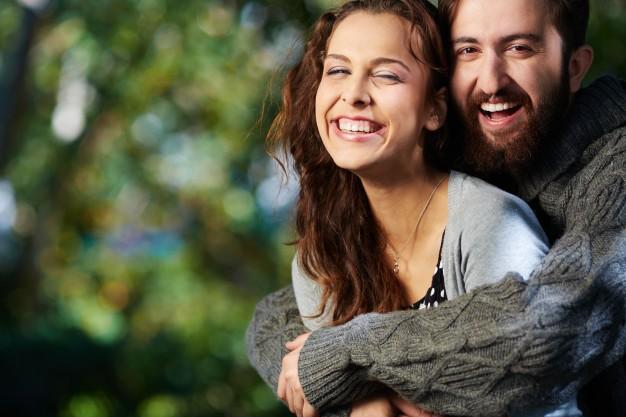 pareja-alegre-diviertendose-en-las-vacaciones-de-primavera_1098-2046