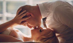 primer-plano-de-novio-apasionado-besando-a-su-mujer_1157-349
