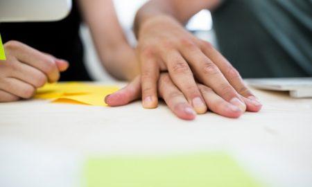 primer-plano-de-par-de-manos-en-un-escritorio_1170-955