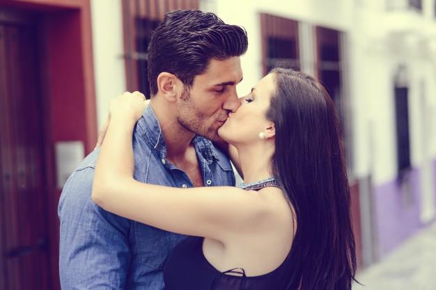 encantadora-pareja-besandose-en-la-calle_1139-150