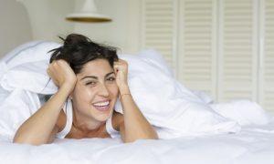 mujer-sonriendo-con-las-manos-en-la-frente_1169-85