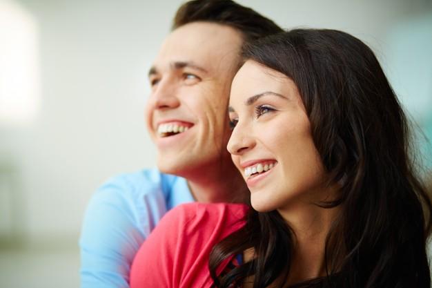 pareja-joven-sonriendo-juntos_1098-2017