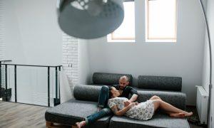 pareja-tumbada-en-un-sofa-cama_1153-2033