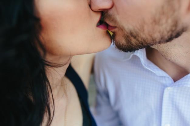 primer-plano-de-enamorados-besandose_1153-854
