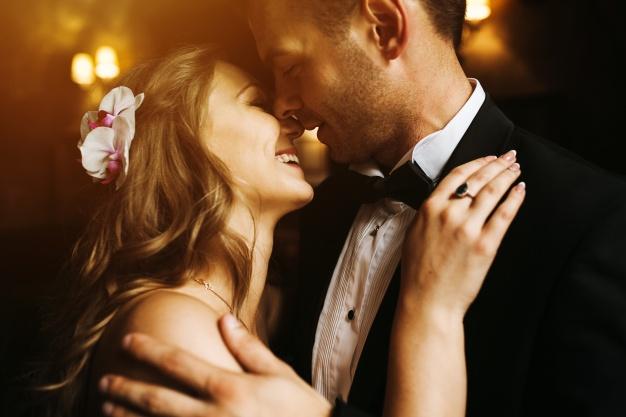 recien-casados-mirandose-a-la-cara-y-sonriendo_1153-1310