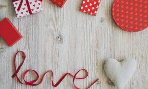 cajas-de-regalo-sobre-una-mesa-de-madera-con-la-palabra-love-y-un-corazon_23-2147593342