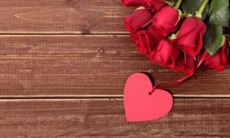 corazon-y-rosas-sobre-madera_1147-315