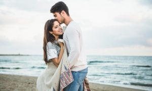 novio-besando-a-su-novia-en-la-frente-en-una-playa_23-2147595913