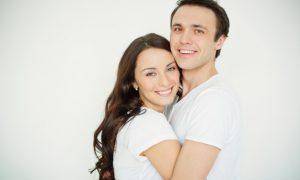 pareja-llena-de-felicidad_1098-2079