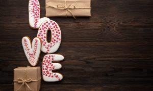 traducir-palabra-love-con-regalos-marrones-sobre-una-mesa-de-madera_1208-410