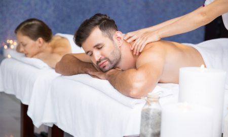hombre-recibiendo-un-masaje_1262-396
