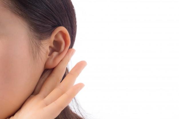 oreja-curiosidad-entrometida-joven-interesante_1127-2623