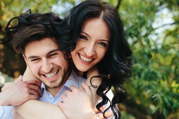 primer-plano-de-enamorados-divertidos-sonriendo_1153-857