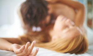 primer-plano-dedos-de-una-pareja-besandose-en-la-cama_1098-275