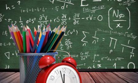 madera-idea-de-escritorio-del-estudiante-contemplativo_1134-897