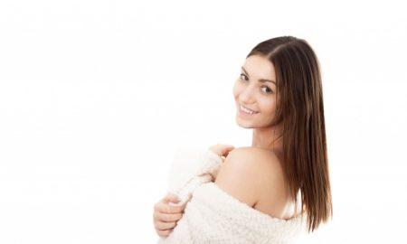 mujer-en-bata-y-sonriendo_1163-208