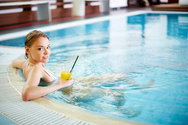 mujer-joven-en-la-piscina_1098-3960