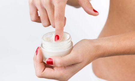 bienestar-tocando-moisturizer-blanco_1301-3302