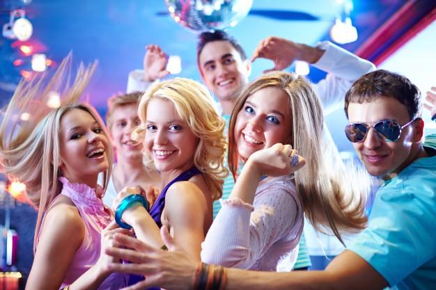 amigos-jovenes-bailando_1098-1607