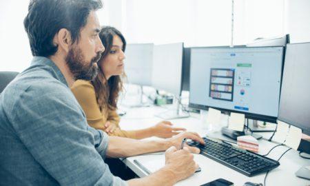 empleados-trabajando-con-una-tableta-grafica_23-2147577287
