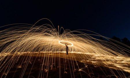 fuego-de-lana-de-acero-espiral-arte-de-hilado-de-lana-de-acero-luz-de-absrtact_1323-231