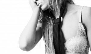 joven-delgada-mujer-con-dolor-de-cabeza_1385-1068