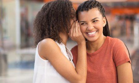chica-negra-que-susurra-secreto-a-la-novia-sonriente_1262-3456