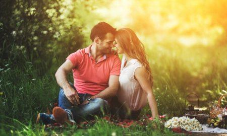 pareja-en-un-momento-romantico-al-aire-libre_1153-1376