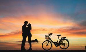silueta-de-pareja-en-el-amor-besos-en-la-puesta-de-sol-pareja-en-el-concepto-de-amor_1150-1456