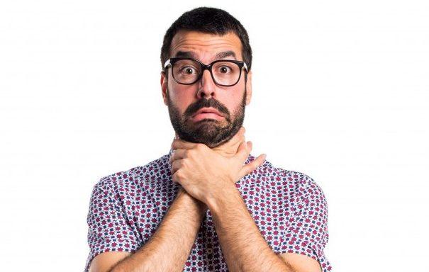 hombre-con-gafas-ahogandose_1368-7507