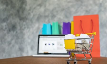 portatil-y-bolsas-de-la-compra-concepto-de-compras-en-linea_1423-189