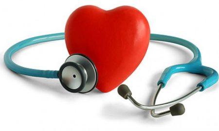 estetoscopio-y-el-material-en-forma-de-corazon-de-imagen_38-5422