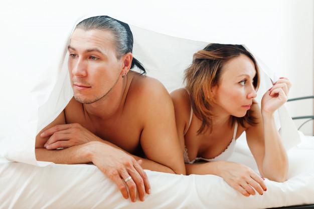 infeliz-pareja-debajo-hoja_1398-4245