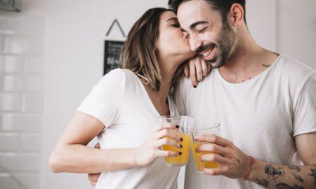 mujer-besando-a-hombre-mientras-disfruta-de-jugo_23-2147742334